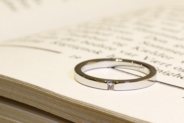 フルオーダーエンゲージリング(婚約指輪)、プラチナ900・平板・プリンセスカットダイヤモンド・光沢仕上げ1