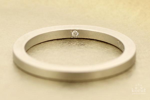 指輪の内側にダイヤモンドを留めています