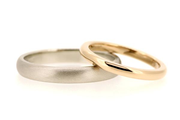 フルオーダーマリッジリング(結婚指輪)完成写真、女性用:18金ピンクゴールド・光沢仕上げ、男性用:プラチナ900・つや消し加工
