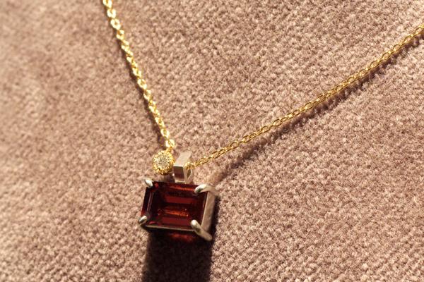 リフォーム後の18金イエローゴールド4本爪スクエアカットガーネットペンダント、メレダイヤモンドをミル留したチャーム付き