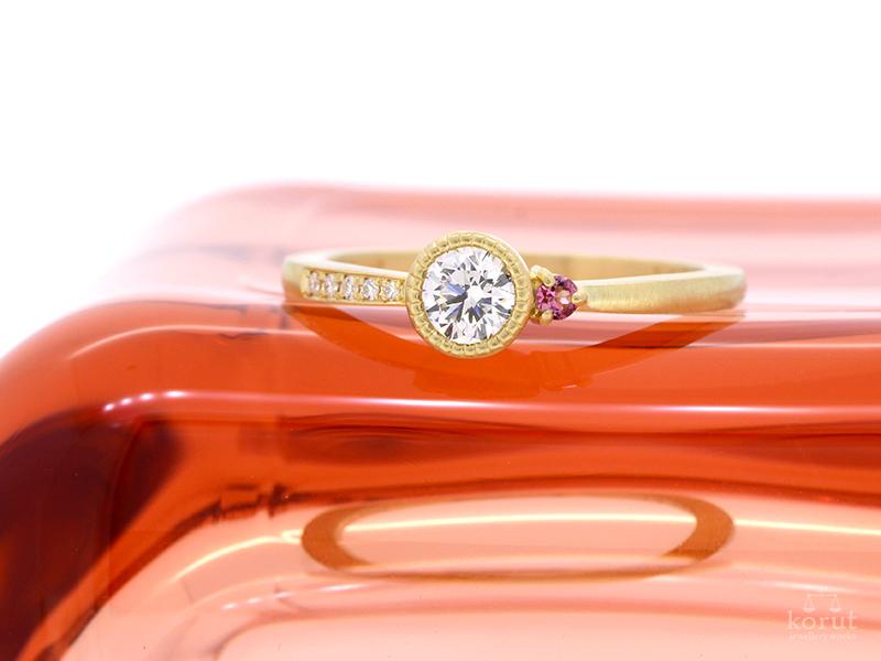 イエローゴールドのエンゲージリング(婚約指輪)