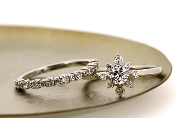korutオリジナルエンゲージリング(婚約指輪)、左:プラチナ製ダイヤモンドハーフエタニティリング、右:プラチナ製ダイヤモンド取巻リング