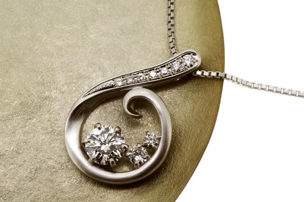 リフォーム後のプラチナ製ダイヤモンドペンダント、つや消し加工