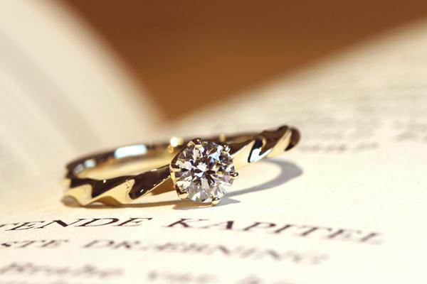エンゲージリング(婚約指輪)完成写真、18金イエローゴールド・ダイヤモンド・光沢仕上げ