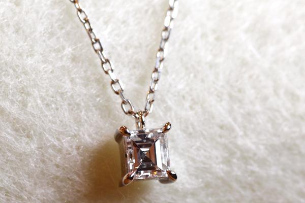 一粒石ダイヤモンドペンダントのバリエーション、プラチナ900、バゲットカット(長方形)ダイヤモンド、四本爪