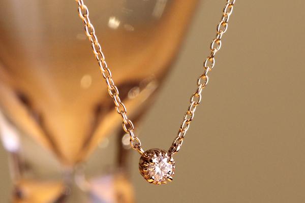 一粒石ダイヤモンドペンダントのバリエーション、ピンクゴールド、ミル打ちデザイン四本爪