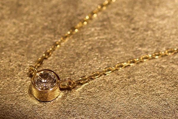 一粒石ダイヤモンドペンダントのバリエーション、18金イエローゴールド、フクリン枠