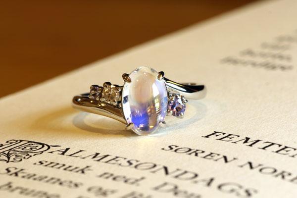 リフォームリング完成写真、プラチナ900・オーバルカボションのムーンストーン・ダイヤモンド・タンザナイト