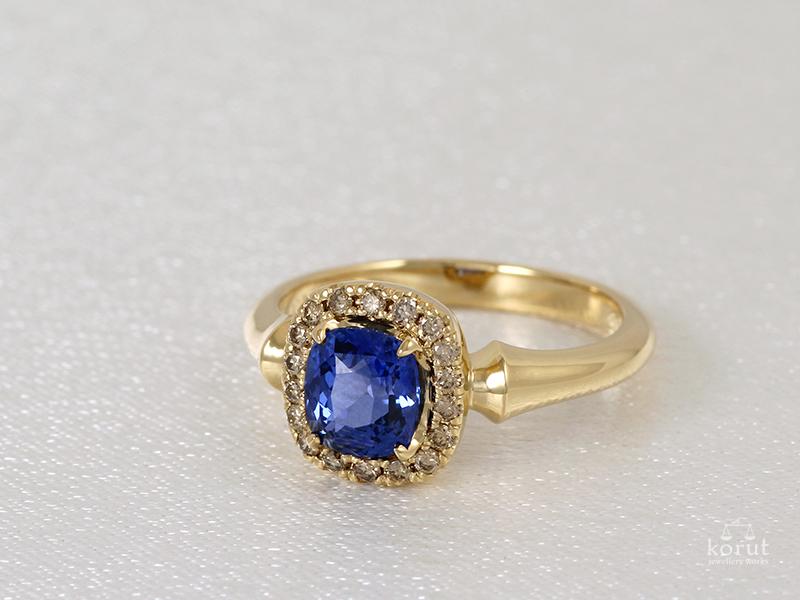 ブルーサファイアの指輪、ブラウンダイヤモンド取り巻き