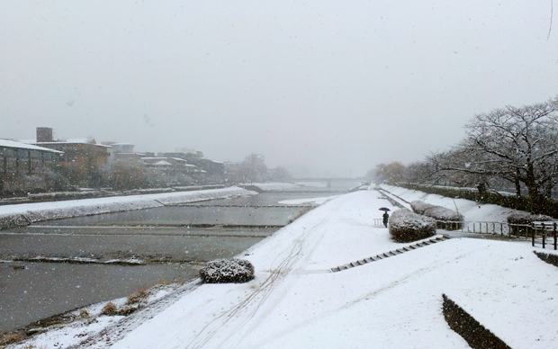 2014年2月中旬、京都二条河端付近に雪が積もりました