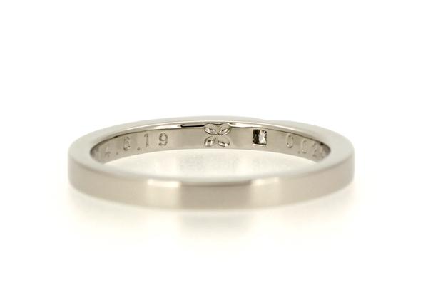 フルオーダーエンゲージリング(婚約指輪)のリング内側に凹みで作られたお花のモチーフ