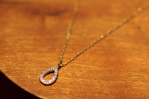セレクトジュエリー、18金イエローゴールド・ダイヤモンドを使ったしずく型のペンダント