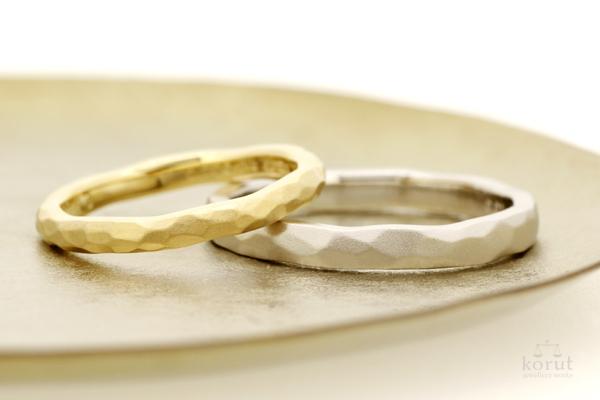 槌目模様と梨地加工のマリッジリング(結婚指輪)