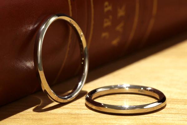 フルオーダーマリッジリング(結婚指輪)完成写真、プラチナ900・光沢仕上げ・六角形の断面を持つペアマリッジリング(結婚指輪)
