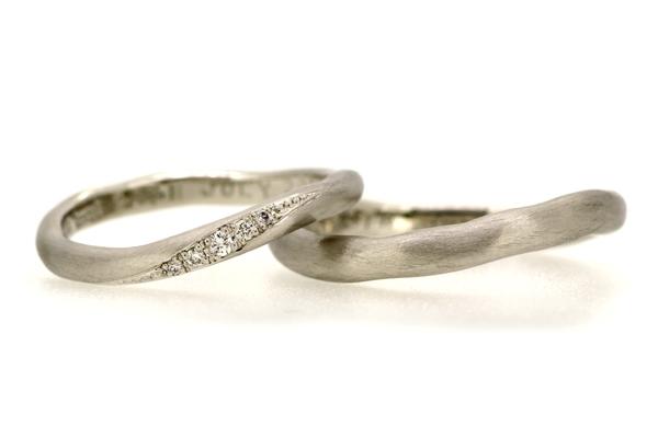 フルオーダーマリッジリング(結婚指輪)完成写真、プラチナ900・ウェーブライン甲丸リング・つや消し加工、女性用のみホワイトダイヤ連留め