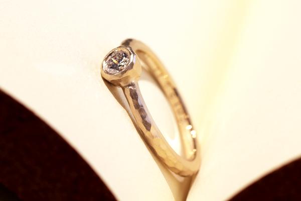 リフォーム後の18金ピンクゴールド製エンゲージリング(婚約指)・フクリン留・槌目・艶消し加工完成写真