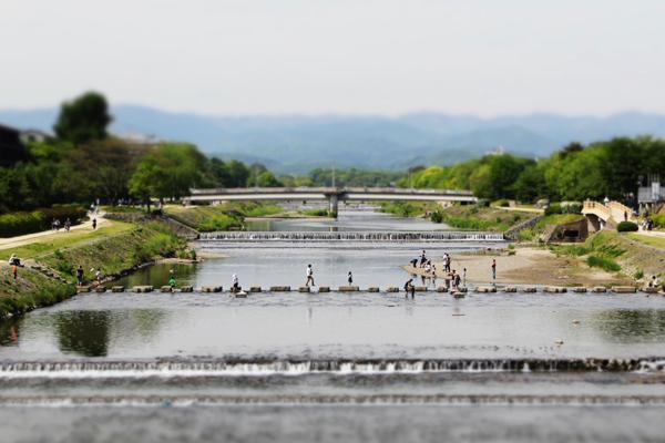 2014年5月GWの鴨川、二条の飛び石を渡る子供たち