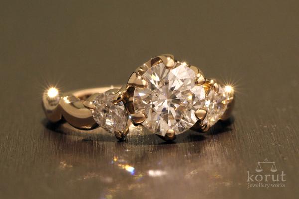 ラウンドブリリアントカットとペアシェイプカットのダイヤモンドを使った18金ピンクゴールドリフォームリング完成写真