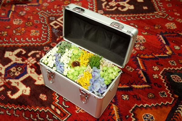 サプライズのプロポーズのために用意されたエンゲージリング(婚約指輪)、アルミのアタッシュケースに収められたお花とリング