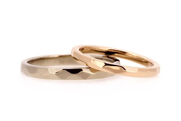 フルオーダーマリッジリング(結婚指輪)完成写真、女性用:18金ピンクゴールド・槌目・光沢仕上げ、男性用:18金ホワイトゴールド・槌目・光沢仕上げ