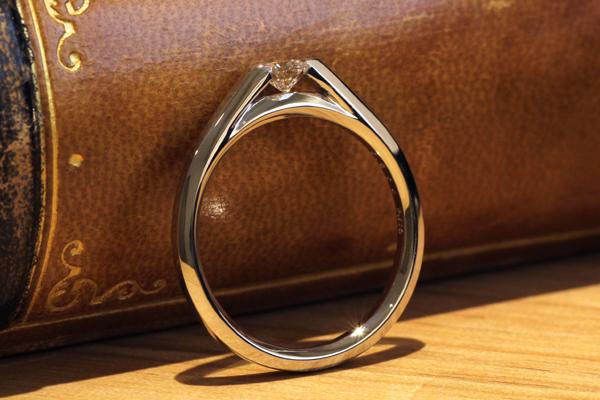 フルオーダーエンゲージリング(婚約指輪)、プラチナ900・ダイヤモンド、正面からの見た目
