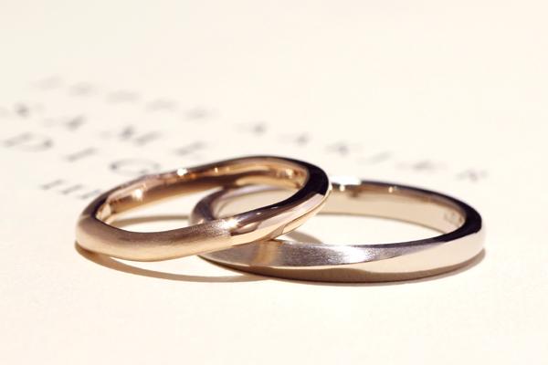 フルオーダーマリッジリング(結婚指輪)完成写真、女性用・18金ピンクゴールド・一部つや消し、男子用・18金ホワイトゴールド・一部つや消し