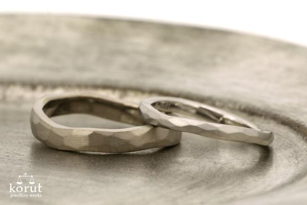 フルオーダーマリッジリング(結婚指輪)の完成写真、女性用-プラチナ900・槌目・つや消し加工、男性用18金ホワイトゴールド・槌目・つや消し加工
