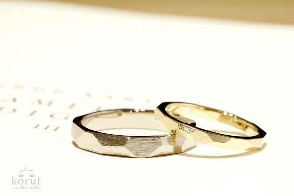 完成したフルオーダーマリッジリング(結婚指輪)・男性用18金ホワイトゴールド、平面槌目、つや消しヤスリ目・女性用18金イエローゴールド、平面槌目、つや消しヤスリ目