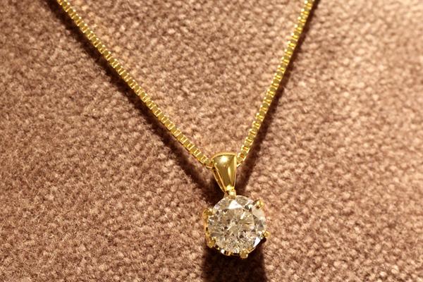 リフォーム後の18金イエローゴールド製ダイヤモンドペンダント完成写真1