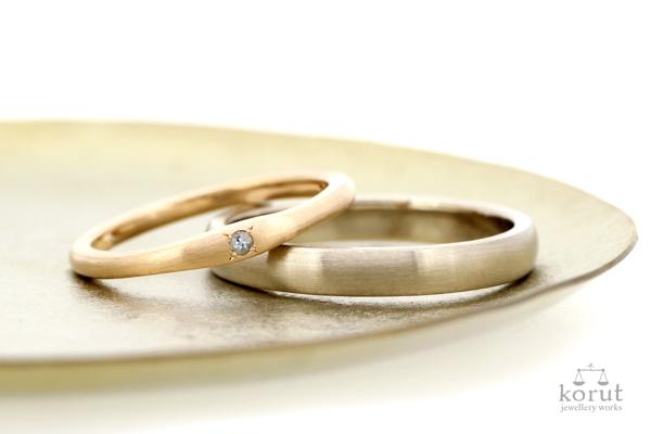 18金ピンクゴールドとダイヤモンドを使用した女性用マリッジリング(結婚指輪)と18金ホワイトゴールドを使用した男性用マリッジリング(結婚指輪)