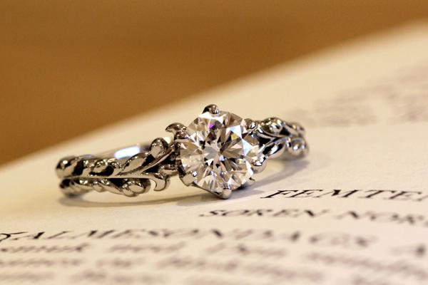 フルオーダーメイドエンゲージリング(婚約指輪)完成写真、プラチナ950・ダイヤモンド・オリーブの実と葉をモチーフに