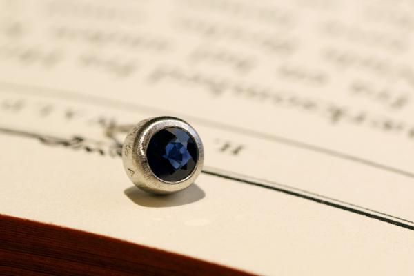 フルオーダーメイドピアスの完成写真、プラチナ900・ブルーサファイヤ・つや消し加工