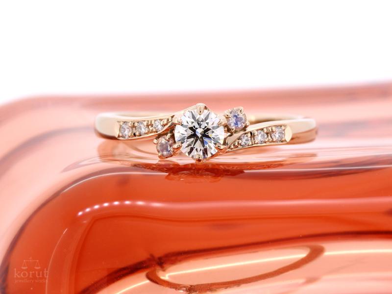 ピンクゴールド、ダイヤモンド、ムーンストーンのエンゲージリング(婚約指輪)