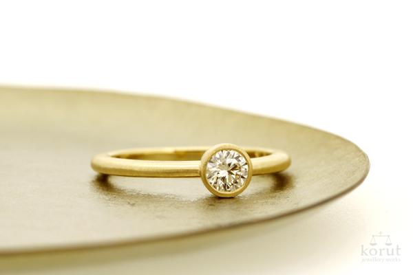 完成したエンゲージリング(婚約指輪)・K18YG・ダイヤモンド・つや消し加工