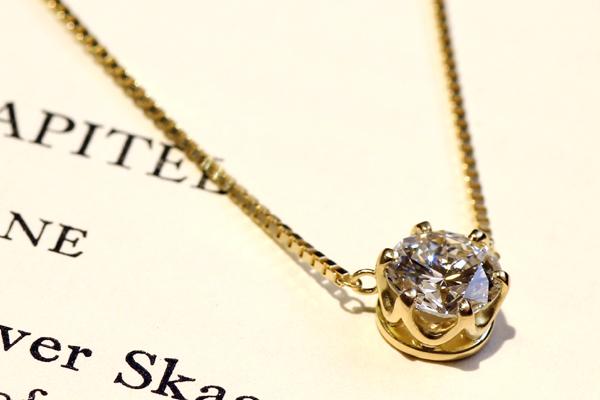 一粒石ダイヤモンドペンダントのバリエーション、18金イエローゴールド(つや消し)、クラウン風六本爪