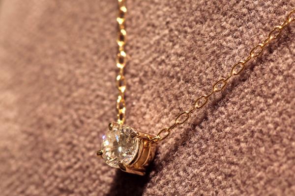 リフォーム後の18金ピンクゴールド4本爪ダイヤペンダント、バチカンを使わず石枠の裏にチェーンを通す仕様