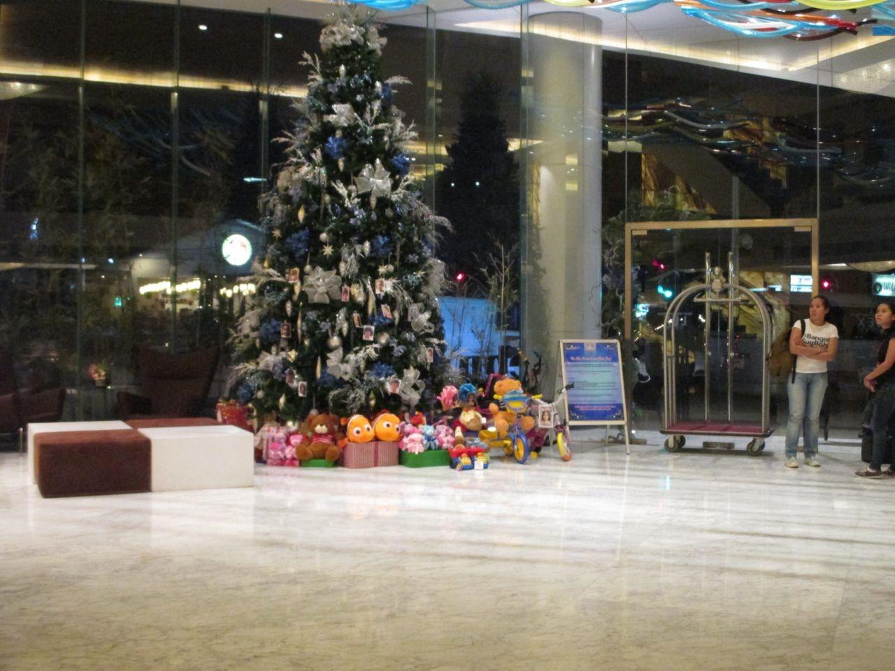 ein Weihnachtsbaum im Hotel in Cebu City, eine tolle Aktion: man konnte sich ein Bild eines Kindes aussuchen und dem Kind Weihnachtsgeschenke kaufen unter den Baum legen, dies taten wir natürlich auch