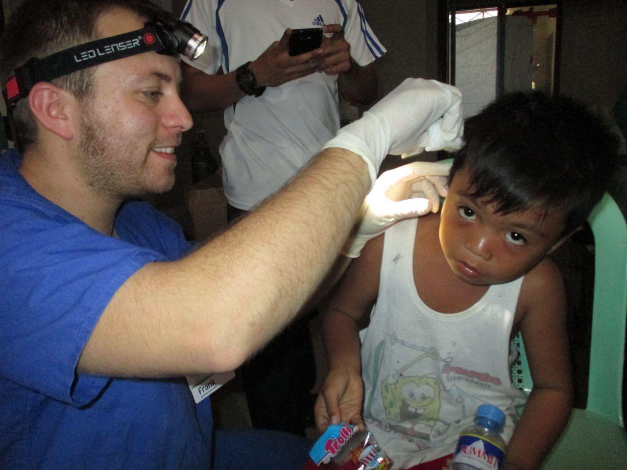 Rettungsassistent Frank Schöndorf untersucht einen kleinen Patienten