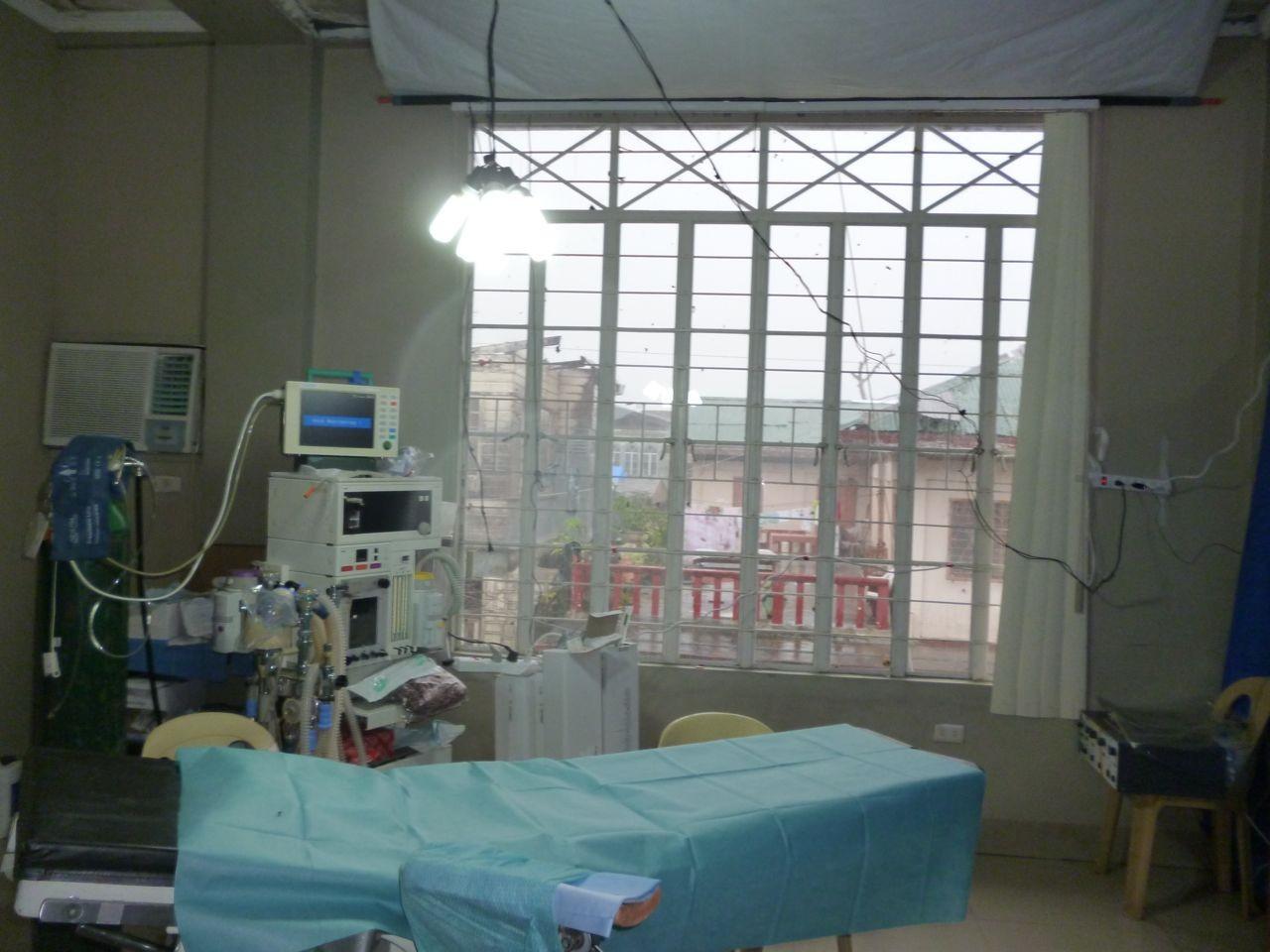 der Operationssaal mit Ausblick auf die Zerstörung