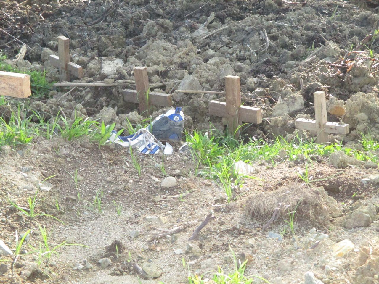 ein Grab einer kompletten Familie, mitten auf einer Verkehrsinsel