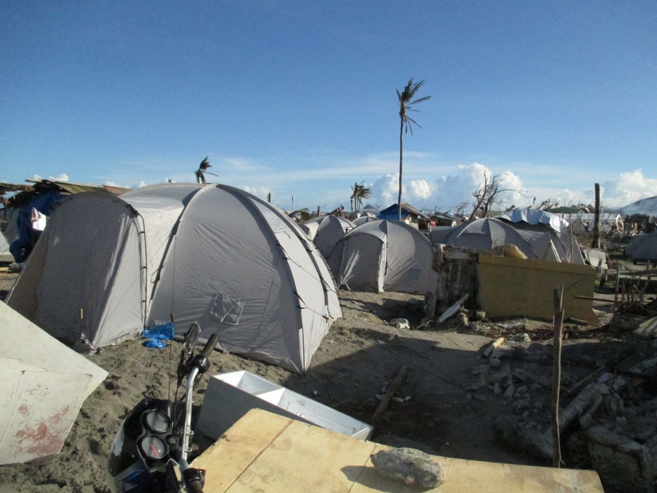 die Zelte dienen als Unterkunft solange bis alles wieder aufgebaut ist