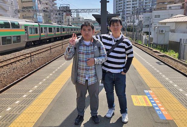 平沼橋駅にて茶さんとショージさん 鉄道オタクの方々には有名な撮影スポットなのかも知れません。色々な電車の競演が見られます。