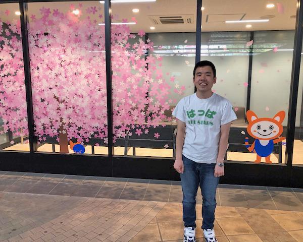 弥生台駅にて 担当は寛平さん  待合室にそうにゃんと桜のイラストが描かれていました。