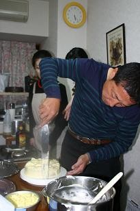 ケーキ作りに取り組むMさん