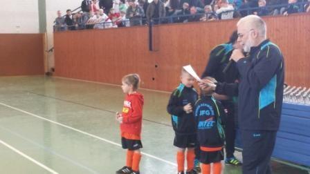 Holger Wegener bei der Siegerehrung der D-Jugend mit G-Jugendlichen
