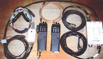 Вот так выглядит комплект аппаратуры для любительской связи с борта МКС - обычная    портативная радиостанция и контроллер для пакетной связи