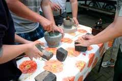 Körnermahlen mit verschiedenen Werkzeugen / Foto: O. Gellißen