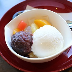寒天、フルーツ、アイス、あんこの昔からみんなの人気のクリームあんみつです。