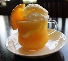 オレンジジュースの中にマンゴ味の氷粒がとアイスクリームが入っていてすっきりした美味しさです。