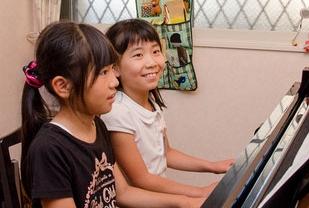 画像:デュオでピアノを弾く生徒